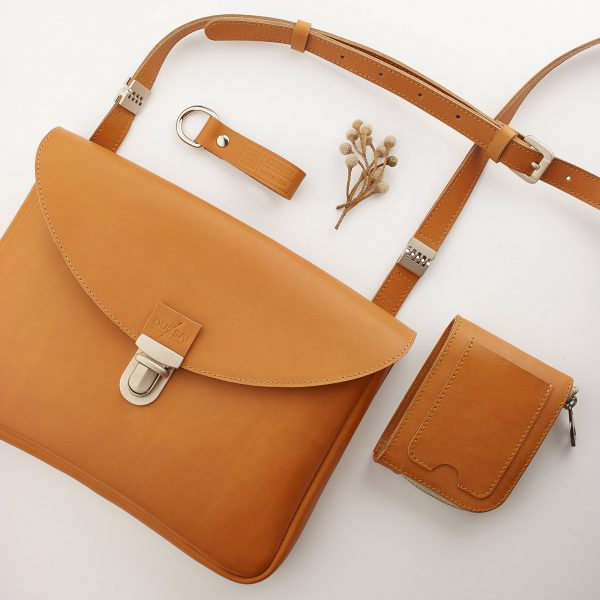 kis női bőr táska azonos színű pénztárcával és kulcstartóval