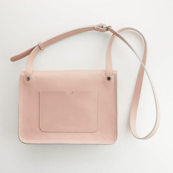 púder színű női bőr táska hátoldala praktikus zsebbel