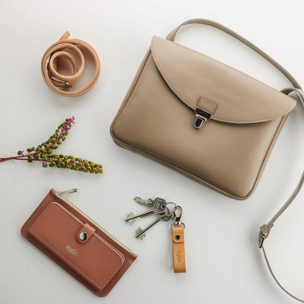 taupe eve táska púder színű pénztárcával natúr bőr kulcstartóval és övvel