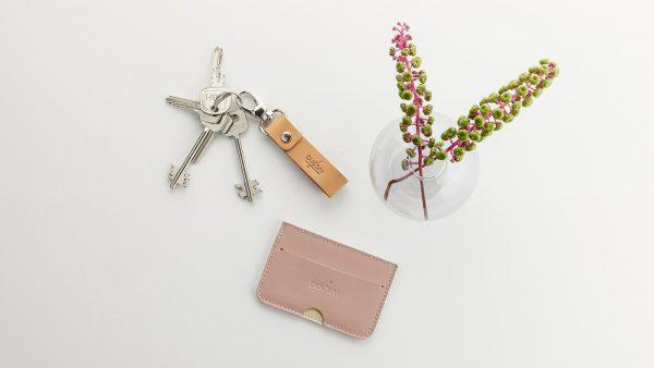 púder színű kártyatartó nyers bőr kulcstartóval