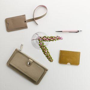 pezsgő színű bőr pénztárca taupe bérlettartóval és mustár színű kártyatartóval