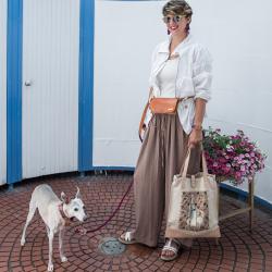 lány kutyával kezében kutyás mintás vászon táskával