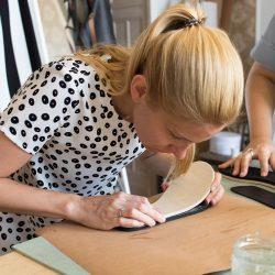 workshop résztvevő papucs készítés közben
