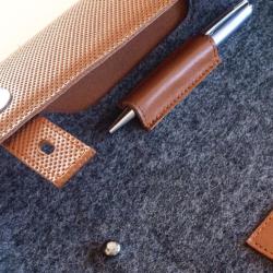 bőr tolltartó filc notebook tokba illesztve