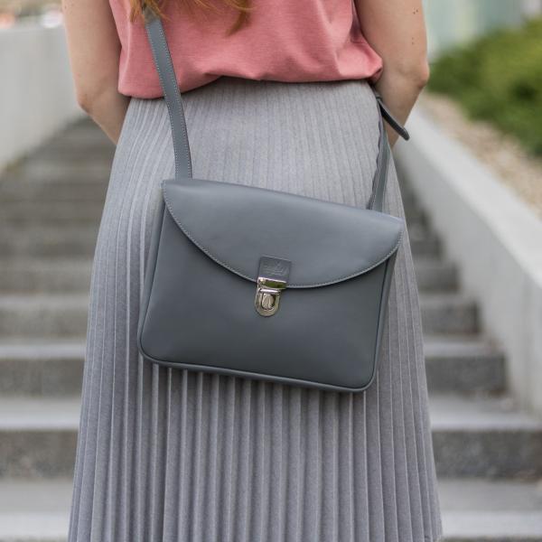 szürke eve táska elegáns pliszírozott szoknyával
