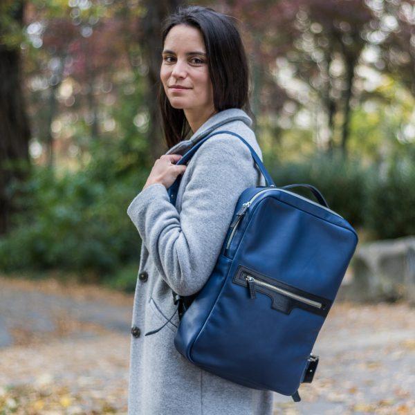 kökénykék ESTHER hátizsák fél vállon viselve