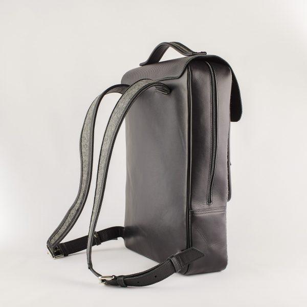 szürke gyapjú filc hátizsák fekete bőr hátlappal és műanyag cipzárral
