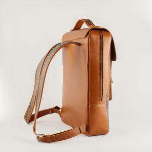 szürke gyapjú filc hátizsák hátoldala konyak bőr fedéllel és pántokkal