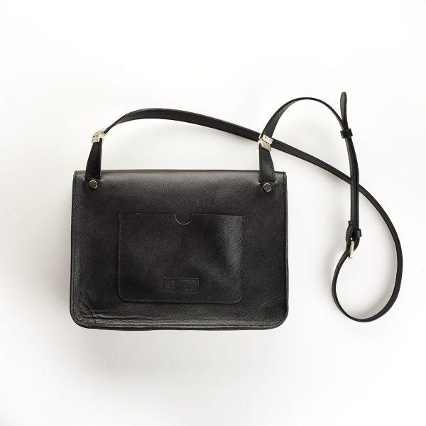 fekete bőr női kis táska hátoldalán nagy lapos zsebbel