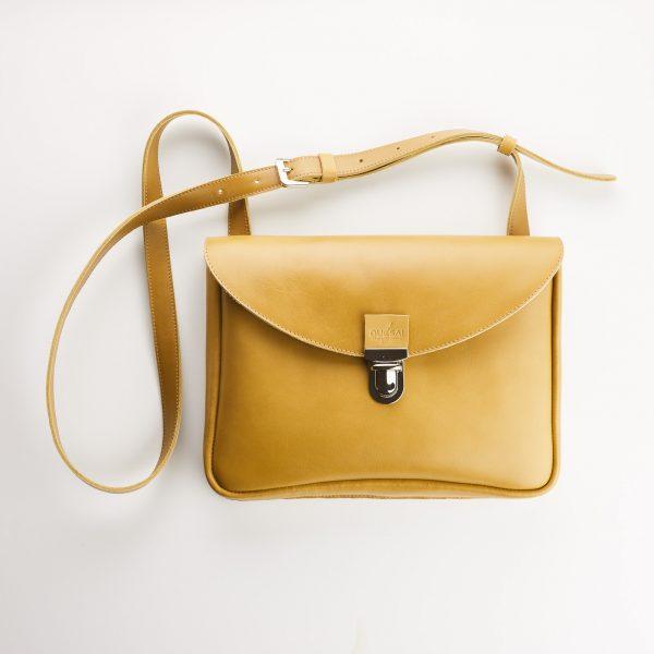 mustár színű női táska eleje ezüst csattal