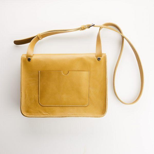 mustár színű női táska hátoldala nagy zsebbel