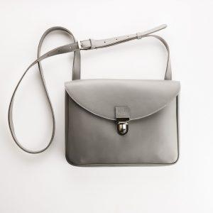 szürke női táska eleje ezüst csattal