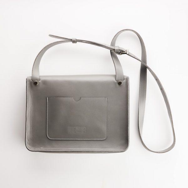 szürke női táska hátoldala nagy zsebbel