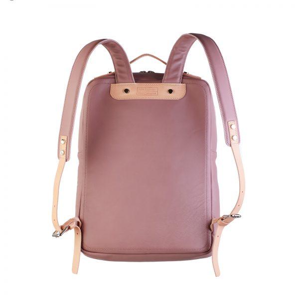 mályva színű hátizsák hátoldala natúr pántokkal