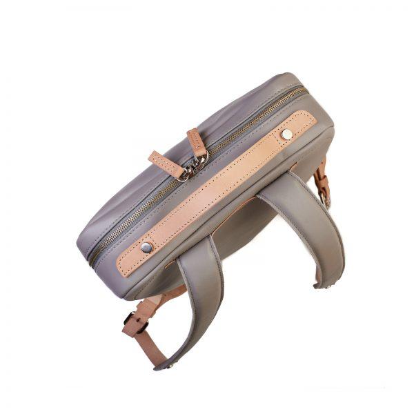 világosszürke hátizsák felülnézete natúr fogóval és fém cipzárral
