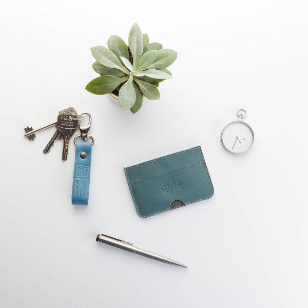 palackzöld kártyatartó hozzá illő világoskék karabíneres kulcstartóval