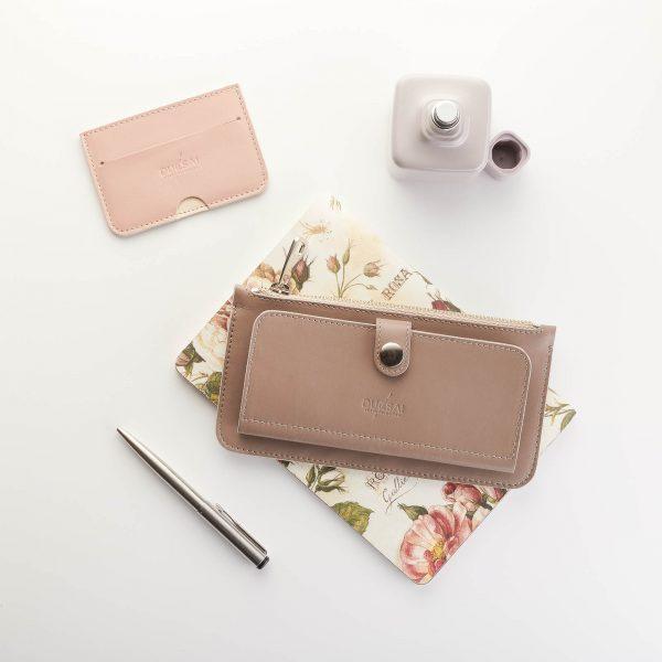 taupe színű női pénztárca púder színű kártyatartóval