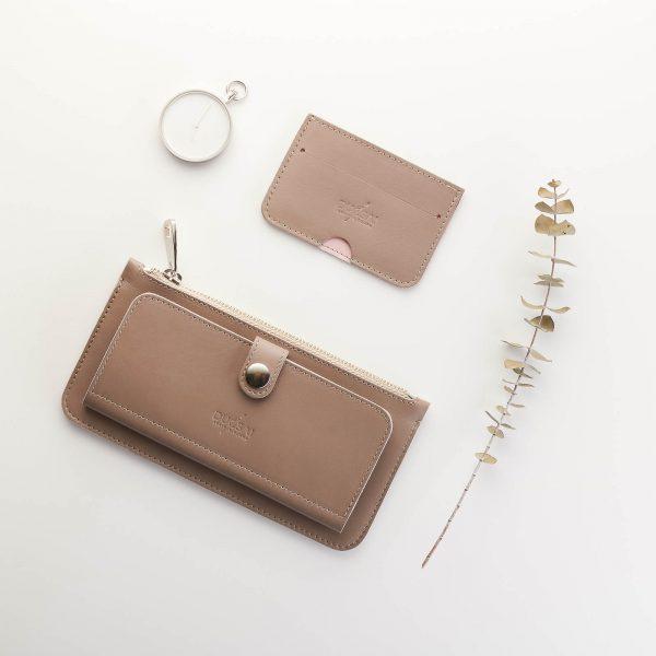 taupe árnyalatú bőr pénztárca bőr kártyatartóval