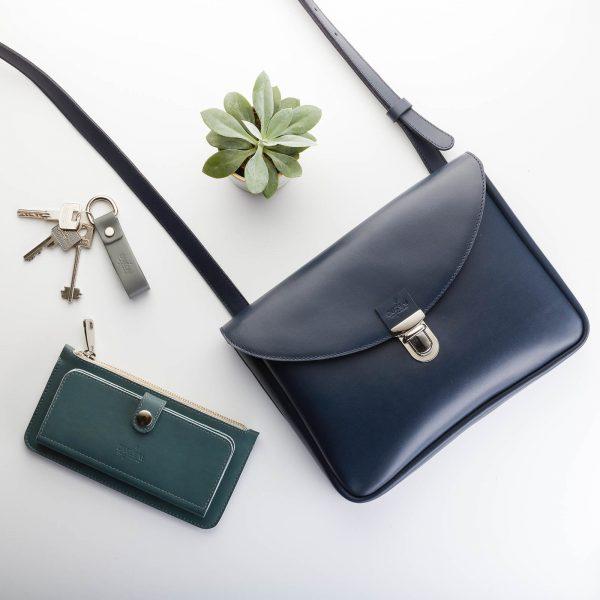 sötétkék kisméretű női bár táska hozzá illő kék pénztárcával