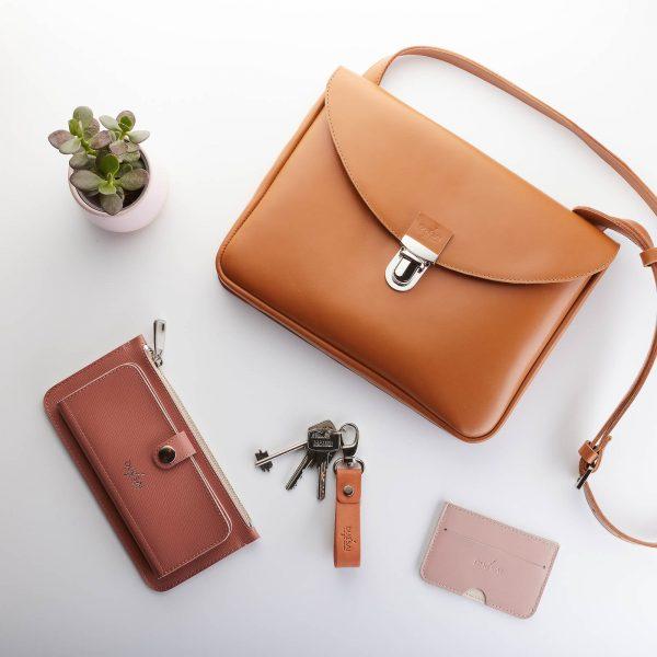 fahéj színű kis női bőr táska, púder színű kiegészítőkkel